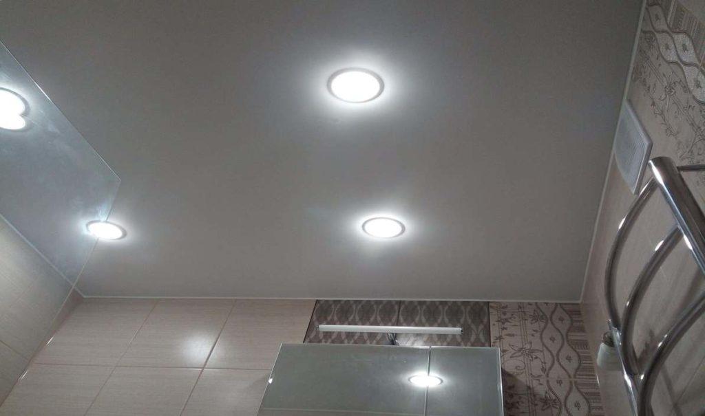 Фото глянцевые натяжные потолки в ванной комнате