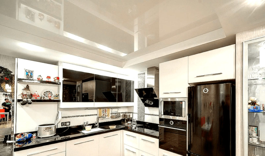 Фото глянцевые натяжные потолки на кухне