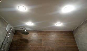 Фото сатиновый натяжной потолок ванная