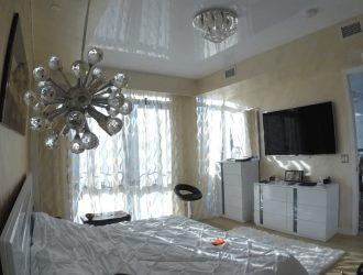 Фото глянцевые натяжные потолки в спальне