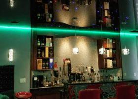 Фото черные глянцевые натяжные потолки с зеленой подсветкой