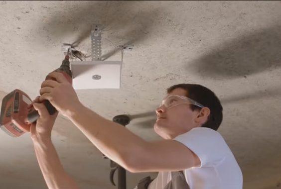 Фото натяжные потолки СПб монтажник устанавливает светильники