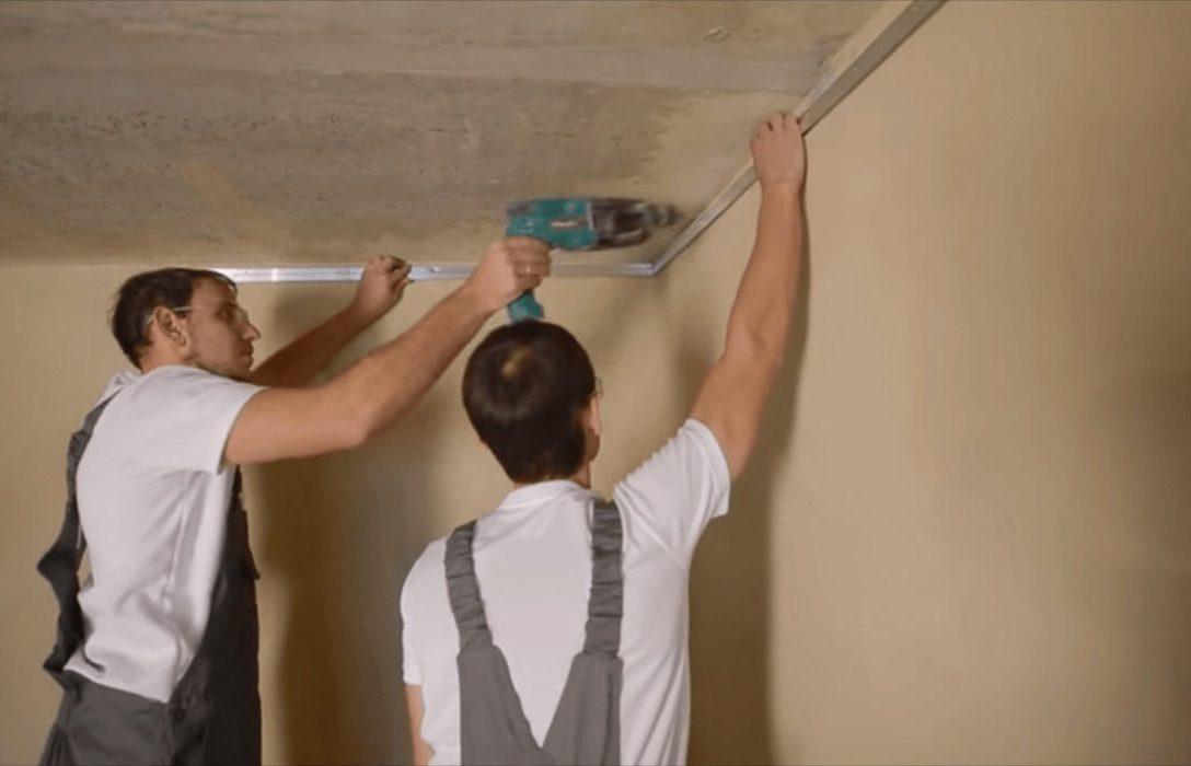 Фото натяжные потолки СПб монтажники крепят багет