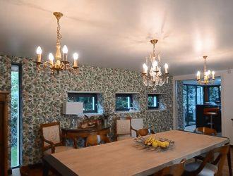 Фото сатиновый натяжной потолок с класической люстрой